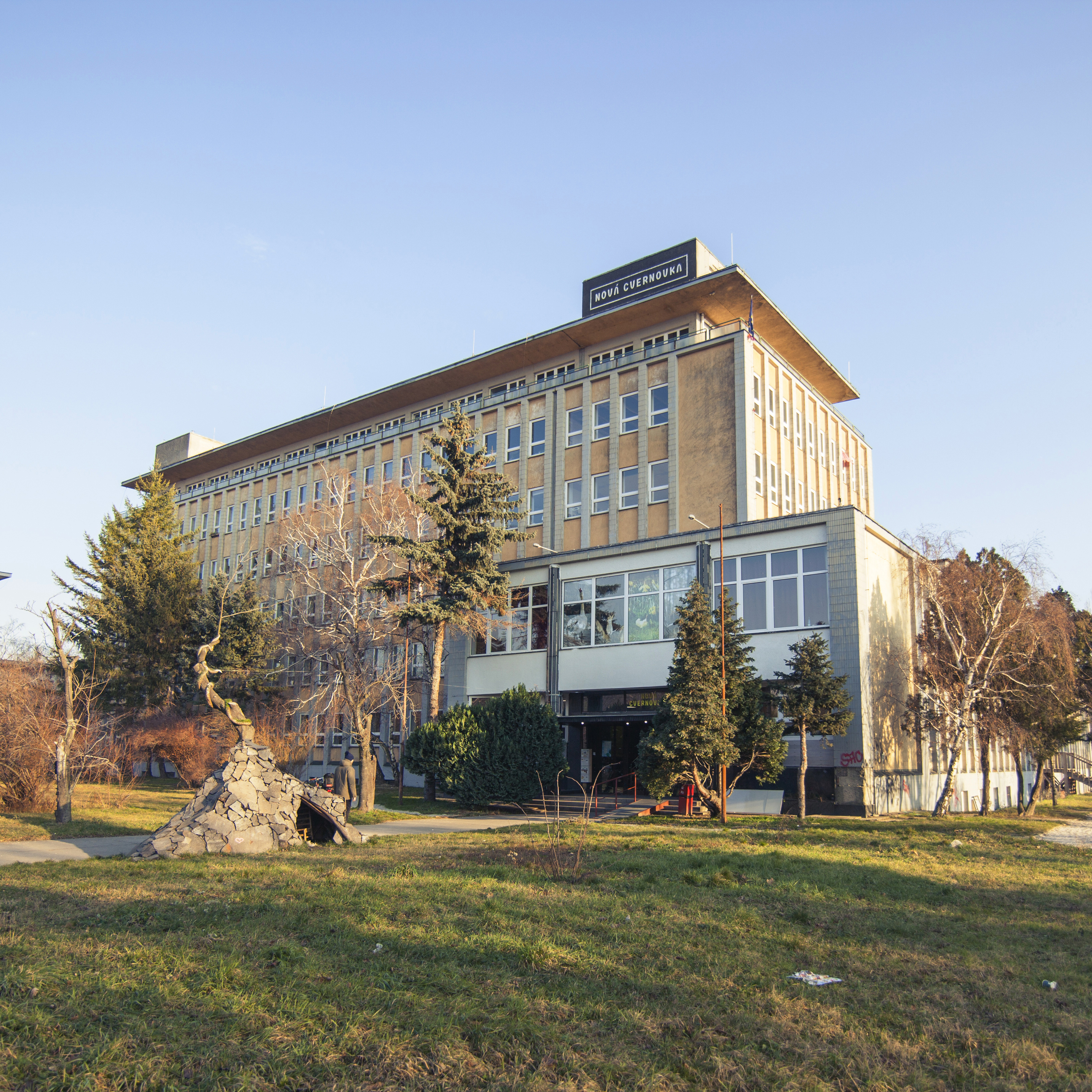 Nova Cvernovka - budova školy